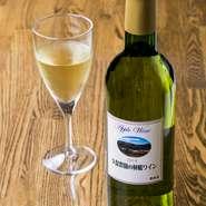 久保農園でとれたを信州産ふじりんご100パーセントを使用し、地元のワイン工房で醸造した『久保農園の林檎ワイン』。無添加の樽熟「アルプスワイン」や「五一ワイン」の赤・白・スパークリングワインもあります。