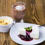 クレームブリュレは、地元の大原農園の卵を使用。濃厚なチョコレートムースやブルーベリーソースかけたレアチーズケーキ、他にも季節限定デザートも取り揃えております!