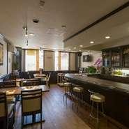 伊勢佐木長者町駅から徒歩7分程の距離にある、国道16号線沿いのビル2階にあります。最大20名まで入れる店内は、大人が落ち着いてお酒と食事を楽しめる、シックでオシャレな雰囲気です。
