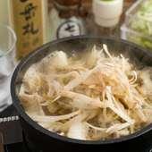 やや甘い旨みたっぷりの汁に、牛蒡の豊かな風味が加わった『濱モツ鍋(笹掻ごぼう入り)』