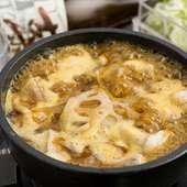 出汁の効いたカレー汁にモツと蓮根の楽しい食感! 『和風カレーモツ鍋(蓮根入り)』