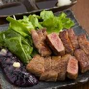 脂控え目な黒毛和牛のサーロインを使用しています。調理中に出る脂分もキッチンペーパーでこまめに取り除き、脂っこさを抑えているのだとか。霜降りでありながらもあっさりとして柔らかな、食べやすい一皿です。