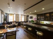大人がお酒や食事を楽しむのにふさわしい落ち着ける空間