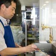 お客様が心地よく過ごすことを第一に考える当店。一人でも気兼ねなく過ごせる温かな雰囲気づくりや、お客様のペースに合わせた料理の提供など、でしゃばり過ぎないさり気ない気配りを心掛けています。