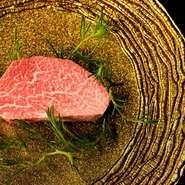 """""""A5""""の銘柄牛。専用熟成庫dryagingcellarで部位に合わせた最適な熟成を施す。枯らしと寝かせ、ドライエイジングを組み合わせ徹底的に肉の旨さを引き出します。厳選したお肉に合うワインと一緒にお楽しみ下さい。"""