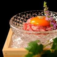 【THE雪月花】は生食認定取得料理店です。新鮮な高級銘柄牛を厚労省指導要領に基づき適切な提供方法でお出しします。赤身は1800円です。その他、お肉の寿司も多数ご用意してます。