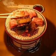 精肉業出身のスタッフが目利きして入荷している「肉」はまさに絶品。さらに、日本全国の有名な焼酎に原酒や泡盛をつかった梅酒などお酒も多く取り揃えています。また、朝5時までの営業時間も嬉しいポイントです。