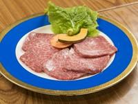 きめが細やかでサシの入った肉質は一度食べたら忘れられない逸品です。一噛みするごとに、肉汁が口の中に広がります。