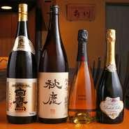 大阪の銘酒・秋鹿や灘の白鷹などを中心に、日本酒は全国各地からさまざまな味わいを厳選。さらにフレンチ出身の上野氏の料理に合わせ、シャンパーニュやワインなども豊富に取り揃えています。