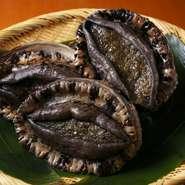 徳島産の黒あわびは大きさにもこだわった、贅沢な食材のひとつです。極上の素材が手に入れば、後はうまみを引き出すのみ。極力手を加えすぎずに、鮑の滋味を引き出します。夏の鱧なども考え方は同じですね。