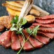 A5ランクの米沢牛サーロインを贅沢に炭火焼でいただける人気の一品。