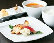 ふっくらとした食感が楽しめる自家製西京漬け。お米は南魚沼産のしおざわコシヒカリを使用。自家製西京漬けでご飯がすすみます。サラダ、小皿、スープは日替わりです。食後は淹れたて珈琲とデザートで。
