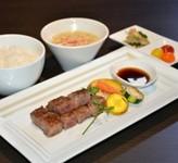 A5ランク米沢牛のサーロインステーキと魚沼産コシヒカリをお楽しみ下さい。食後は淹れたて珈琲と自家製デザートで。