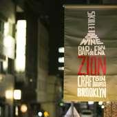 スキレット&ワイン。店名は赤字で目立つように店名のフラッグ