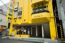 黄色い外観が目印。中に入れば広がる大人の安らぎ空間