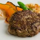 隠れた人気のメニュー。つなぎを使わずお肉そのものの味わいを楽しめる『黒毛和牛ハンバーグ』