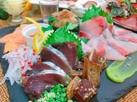 (例)タイ/愛媛産伊佐木/愛媛産サバ/御畳瀬グレ(炙り)/愛媛産アオリイカ/土佐沖産等、センド風にアレンジした新しいお魚盛合せ。