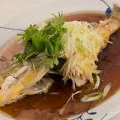 近くの鐘崎漁港から届く新鮮な魚を使い、上質のスープと魚の蒸し汁で味付け『本日のお魚 姿蒸し広東風』