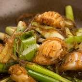 熟練の技が光る、適度な火入れ具合が決め手の『アワビと春雨葱の土鍋』