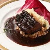 柔らかく味わい深い『国産牛ホホ肉の赤ワイン煮込み』
