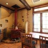 薪ストーブが設置された、温かみを感じるくつろぎ空間