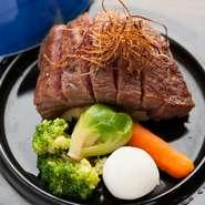 黒毛和牛は1頭買いをしているので、お値打ち価格で良質のものがいただけます。淡路産の玉ねぎをじっくりソテーして作った甘みのあるソースと、吟農園で採れた新鮮な野菜とともに召し上がれ。