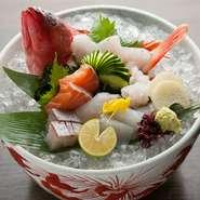 季節によって変わる新鮮な魚介類のお造りです。旬のものが7~10種類盛り付けられた豪華な一品。日によって内容が変わるのも楽しみの一つ。鮮度の良いお造りの、「うま味」を感じてください。/中 1980円