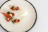 素材の香り - 苺のマリネ、グリーンピースとアーモンドのムース、シェーヴルのアイスクリームとカモミール