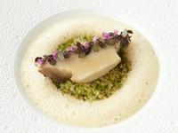 黒鮑のバターポッシェ 花紫蘇添え 岩海苔入りブルグールのリゾット 生雲丹のブイヨンソース