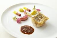 甘鯛のうろこ焼き 蕪のデクリネゾン«赤と黄»  カラメリゼした魚のジュ シトロンコンフィ入り