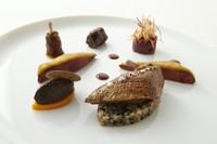 ラカン産ピジョン オレンジとエピスのクルート もも肉のコンフィ