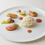 北海道産毛蟹とクリュスタッセのロワイヤル なめらかな毛蟹のクリームと紅芯大根 トマトのクーリ フヌイユのアイスクリーム