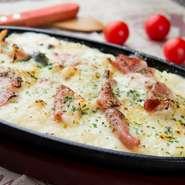 ナポリ風の厚めの生地が特長。外側はパリッと中はモチッとした食感と、コクのあるチーズの味を楽しめます。 Mサイズ(21cm) 780円 Lサイズ(27cm) 1080円