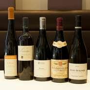 料理とのマリアージュを楽しんでもらえるよう、オーナーソムリエの近藤氏が探した出した約200種のワインが並びます。ブルゴーニュを中心としたフランス産が約9割を占め、ビオワインも豊富にオンリスト。