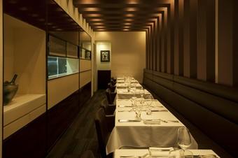 ひとり客での利用も多い、わずか16席の小さなレストラン