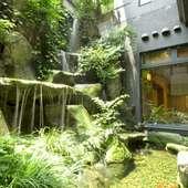 滝が流れる庭園