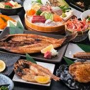 新鮮な魚、伝統食でもある干物、旬の野菜などを存分にいただける【ひもの屋】。活気溢れ、懐かしい木造りの店内で、女子トーク全開の女子会などいかがでしょうか。種類豊富なアルコールと一緒に美味しいものを満喫。