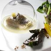 魚料理より『サワラの腹身ミキュイ炙り焼き、塩レモンと冷燻オイル』