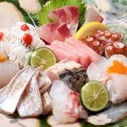 「厳選」という名のとおり、現役漁師が毎日仕入れる約30種もの魚介の中からさらに厳選した7~8種のベスト食材を盛り込んでいます。まさに百花絢爛といった見た目も華やかで、目でも舌でも楽しめる逸品です。