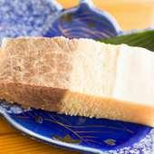 希少なクジラ肉。プリプリのコラーゲンを生醤油でいただく『ベーコン 鯨肉刺身』