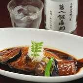 しっとり艶やかに煮上がった旬魚の旨みを堪能できる、本日の鮮魚の『煮魚』