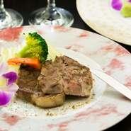 熟成による旨みと柔らかさが特徴の『熟成豚ロースのスパイシーソテー』。山形県産A4ランク『黒毛和牛ステーキ』や、厚切りのタンをじっくり煮込み旨みを引き出した「シチュー」など、こだわりの肉を味わえます。