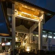 バリの高級リゾートホテルをイメージした外観。石段のアプローチから店内に進むと、そこには非日常空間が広がっています。いつもと違う贅沢な時間を過ごしたい夜に。大切な人と過ごす特別な日に訪れたい一軒です。
