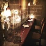 半個室をドライフラワーで装飾、テーブルコーディネートを行ってお出迎えする自慢の記念日コースプラン
