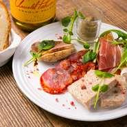 パテ・ド・カンパーニュやリエットなど肉を使った前菜の盛り合わせ。鴨肉、豚肉、牛サーロインのロースト、生ハム、チョリソーなど、その時の仕込み状況で内容が変わるお楽しみメニューです。