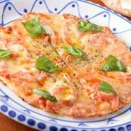 手づくりで練られている生地はもちもちの食感。チーズはゴーダチーズとモッツァレラ・ピッツェリアの2種類が使われています。チーズのコクを引き立てるバジルの香り。お店に来たら必ず注文したい一品です。