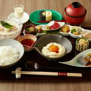 「豆乳」「湯葉」は美山を始めとした京都産厳選大豆と水のみを使い、消泡剤やにがりなどの添加物なしのこだわり食材。豆の風味とコクがある濃厚な味で女性に人気のプロテインの宝庫です。旬の野菜で彩りを添えて。