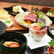 京都美山の汲み上げゆばとローストビーフを美山の平貝卵の卵黄しょうゆ漬けで食べる贅沢などんぶりをメインにしたお膳。 数量限定の為、申し訳ございませんがお料理のご予約は不可とさせていただきます。
