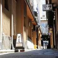 四条通りを八坂神社の方向に向かい、商店街の脇をくぐるように抜けた、細い路地に【割烹 千ひろ】はあります。見つけづらい場所ですが、そんな立地こそ食通からすれば名店の目印。料理への期待が一段と高まります。