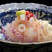心地良い食感の生鱧の浮き袋に梅肉と山葵を添えています。醤油とともに添えられているのは細切りにした塩昆布。